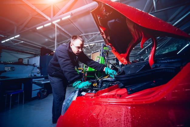 フードが開いた電気自動車。電気自動車エンジンの詳細。