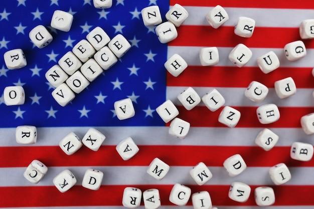 편지와 함께 미국 국기 많은 큐브에 선거 상징