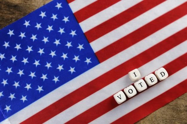 편지 나무 큐브와 미국 국기에 선거 상징
