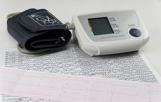 心電図チャート付きの電気血圧計。現代の家庭用眼圧計 Premium写真