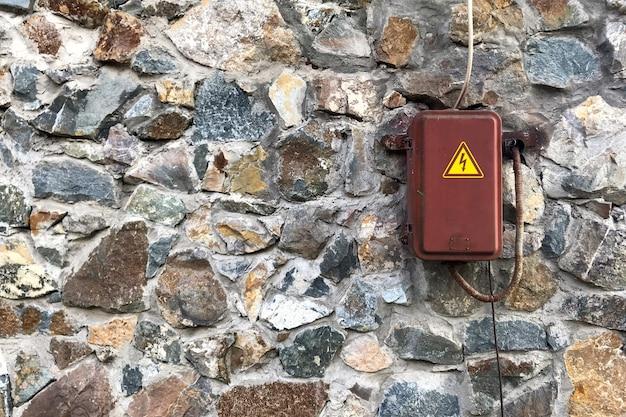 Электрический шкаф на стене из натурального камня