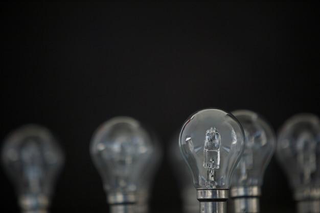 Электрические лампочки на черном фоне