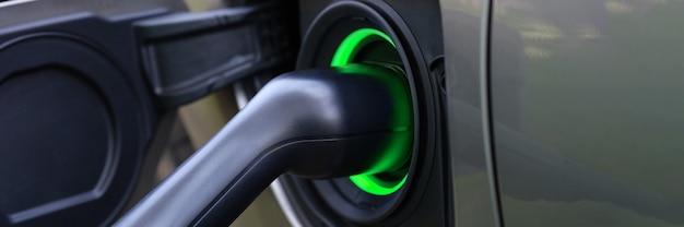 전기 자동차 및 충전소 근접 촬영에서 충전