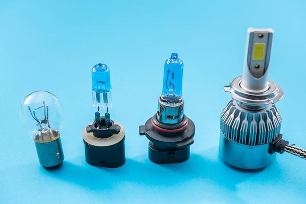 色の背景に分離されたヘッドライト用の電気自動車の電球。現代のガラス自動車用ランプ。自動車修理用機器
