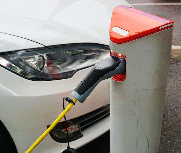 역에서 충전하는 전기 자동차