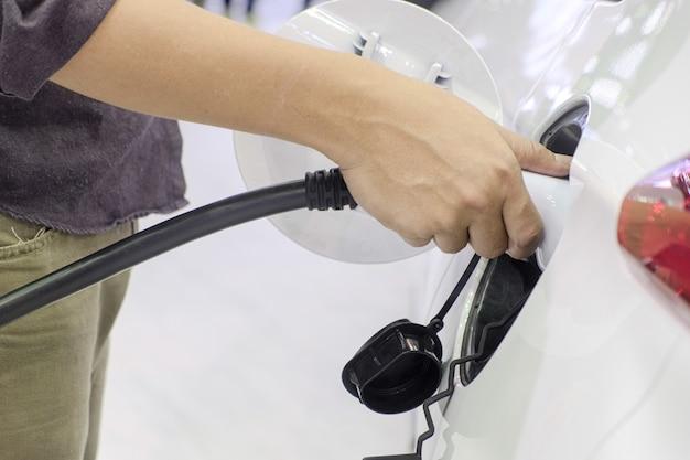 駅で充電する電気自動車