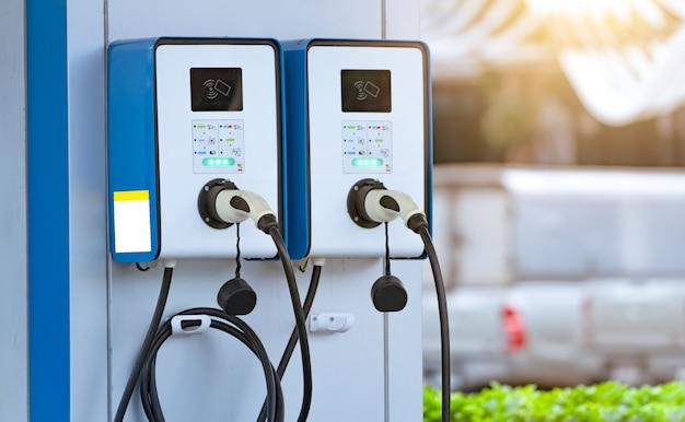 Станция зарядки электромобилей для зарядки аккумулятора электромобиля. вилка для автомобиля с электродвигателем. зарядное устройство для электромобилей.