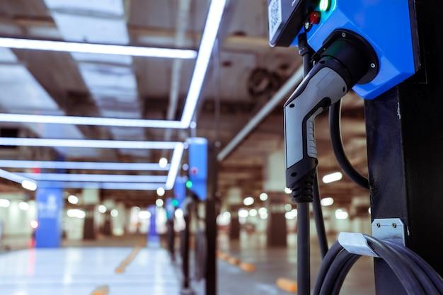 Станция зарядки электромобилей для зарядки аккумулятора электромобиля. вилка для автомобиля с электродвигателем.