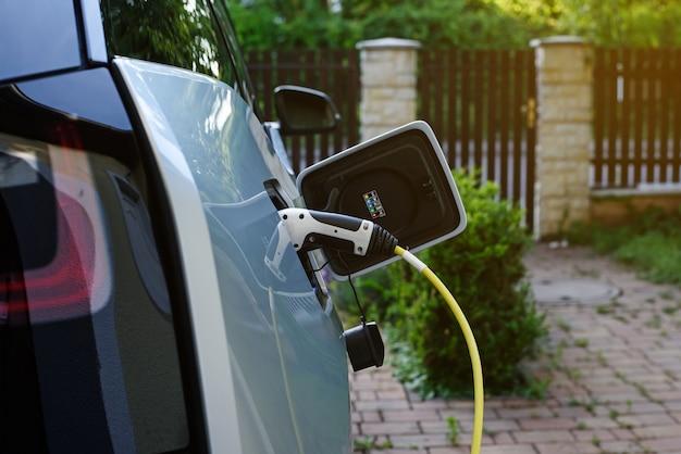 Электроснабжение станции зарядки электромобилей подключено к заряжаемому современному электромобилю