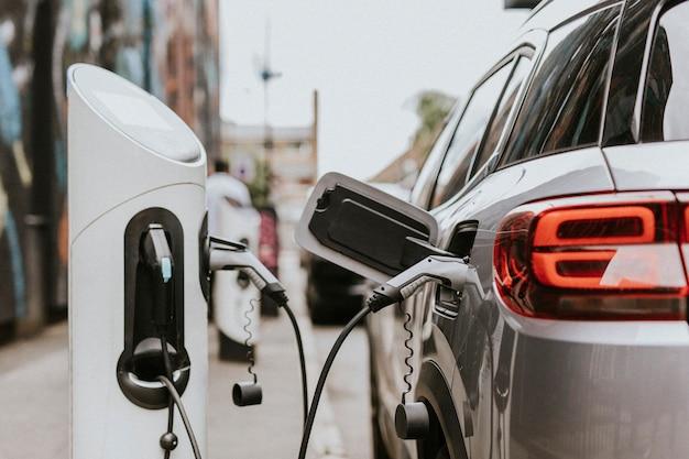 Аккумулятор электромобиля (электромобилей) заряжается