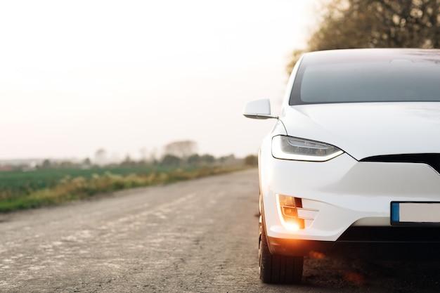 田舎道の電気自動車
