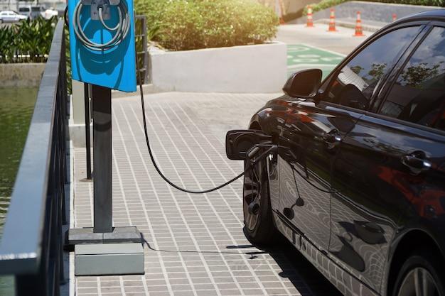 전기 자동차는 자동차 배터리에 저장하기 위해 전기를 충전하고 있습니다.