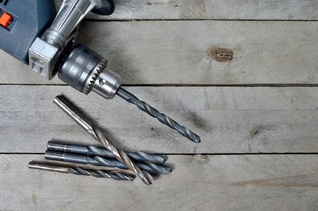 Электродрель и инструменты для работы на деревянной поверхности. вид сверху.