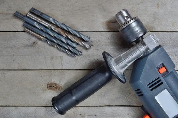 木製の表面で作業するための電気ドリルとツール。