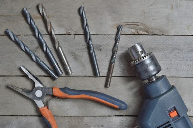 Электродрель и инструменты для работы на деревянной поверхности.