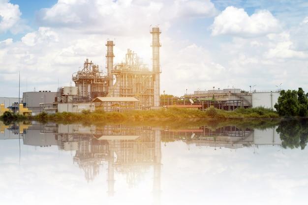 電気工場の発電所と雲空を背景に電気変電所