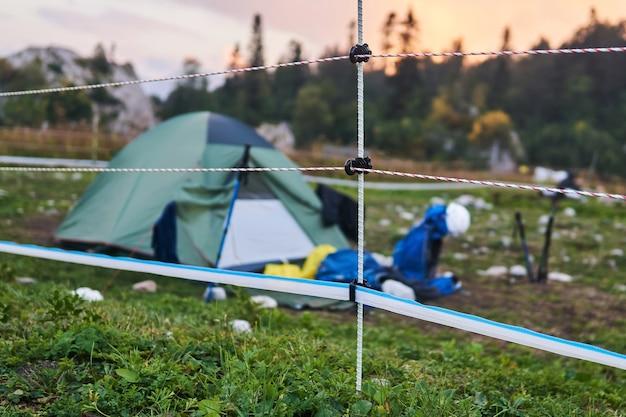 Электрозабор ограждает туристический лагерь на территории заповедника, предотвращая нападения медведей.