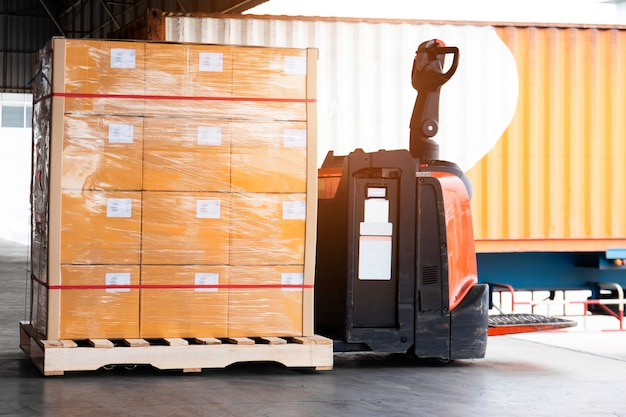 重い輸送パレット商品が付いている電気フォークリフトパレットジャック。