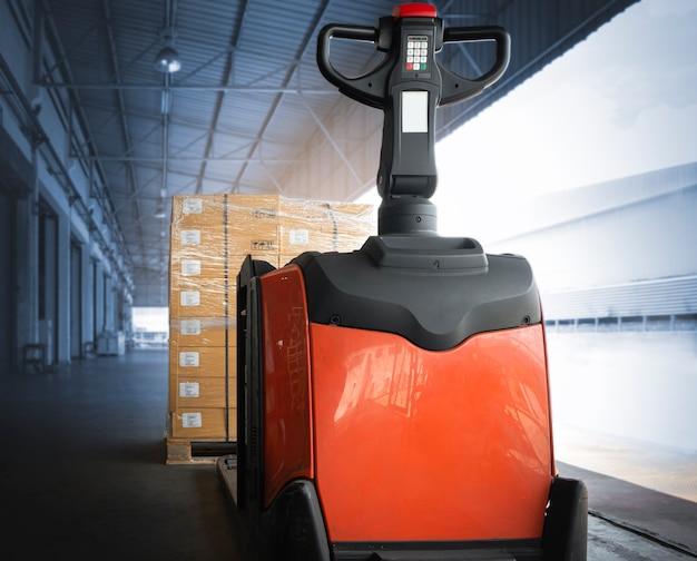 Домкрат для поддонов с электропогрузчиком с упаковочными ящиками на складе отгрузка складская логистика