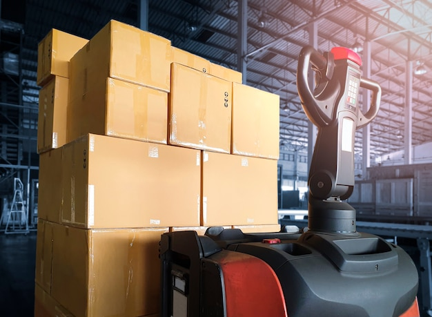 Домкрат для поддонов с электропогрузчиком с упаковочными ящиками на складе логистика на складе отгрузки