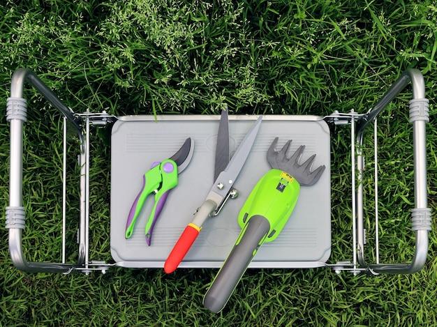 Электрический садовый триммер, ножницы и секаторы на складном столе