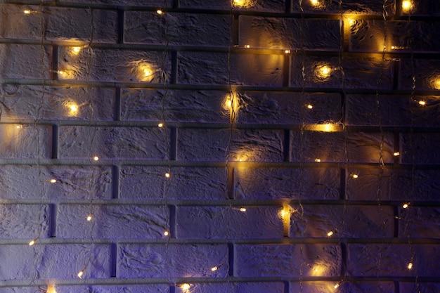 白いレンガの壁の背景に電気花輪
