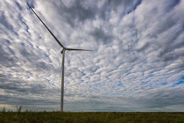 背景に美しい風景と田園地帯に位置する発電機