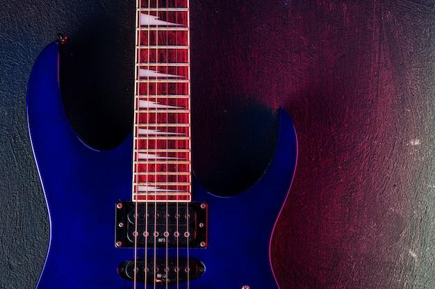 어둠 속에서 일렉트릭 기타 바디 클로즈업 샷