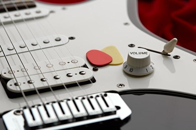 Электрогитара крупным планом, никто. струнный музыкальный инструмент, электро звук, электронная музыка, оборудование для сценического концерта