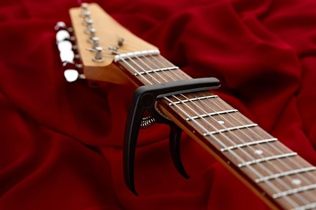 Capodaster, 근접 촬영, 아무도 일렉트릭 기타 fretboard. 현악기, 일렉트로 사운드, 전자 음악, 무대 콘서트 장비