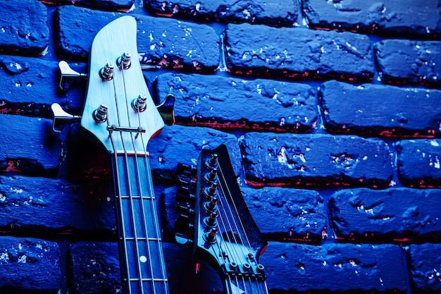 어두운 벽돌 walll에 네온 불빛에 일렉트릭 기타