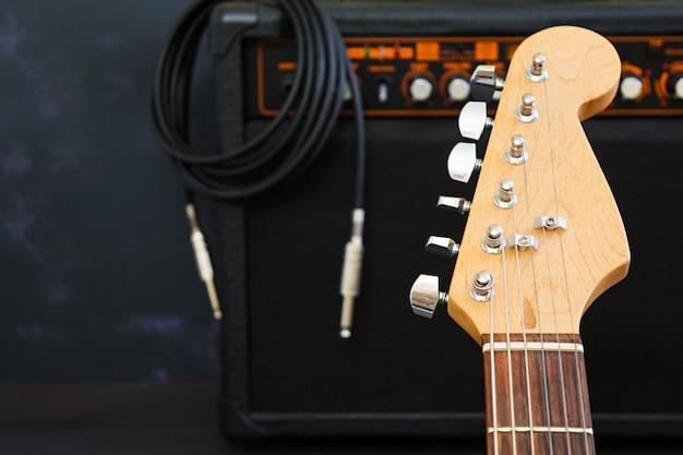 어두운 표면에 일렉트릭 기타