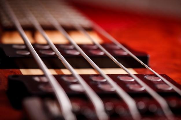 被写界深度のあるエレクトリックギター。ベースギター。