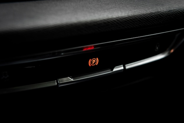 現代の車の電動ハンドブレーキボタン。