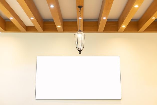 Декор электрическими лампами на деревянный потолок с большим макетом плаката на белой стене в офисе в стиле лофт