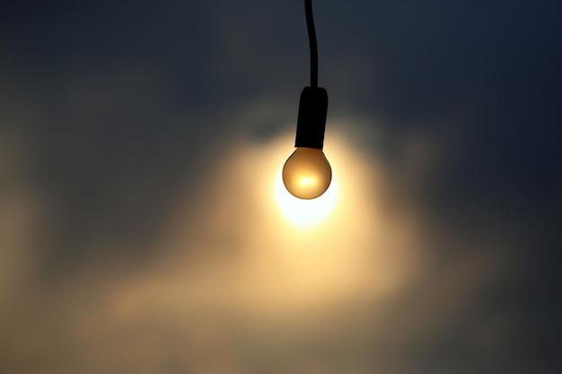 일몰의 배경에 전기 램프