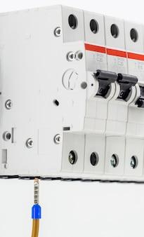電気機械、スイッチ、白で隔離、クローズアップ、マーカーケーブルをデバイスに接続