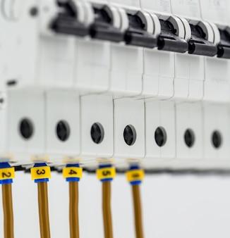Электрические машины, выключатели, изолированные на белом, крупный план, подключить маркерный кабель к устройству