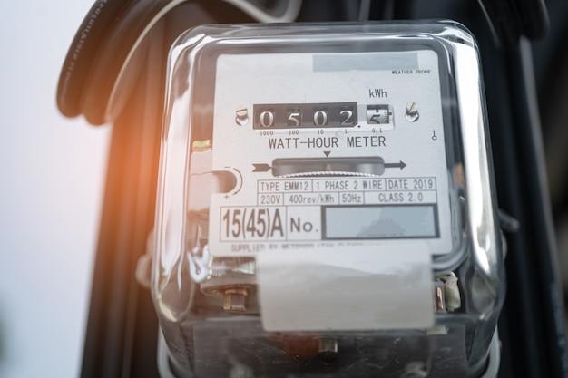 Электроизмерительный электросчетчик для расчета стоимости энергии дома и в офисе. Premium Фотографии