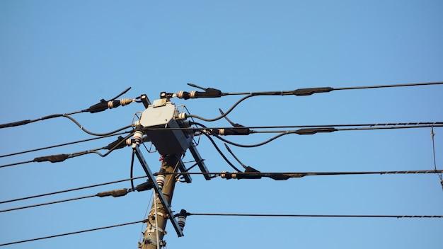 Электрический столб в японии с предпосылкой голубого неба