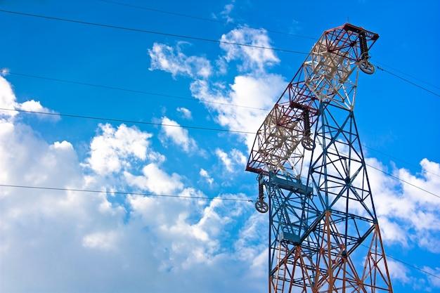 Электрический столб окрашен в разные цвета на фоне