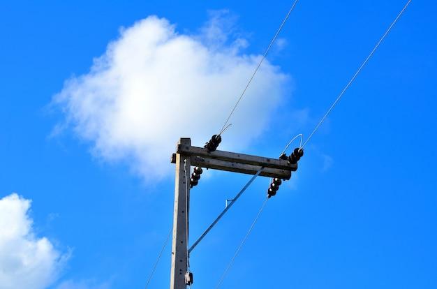 푸른 하늘 가진 전기 극