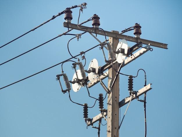 Электрический столб с электрическими трансформаторами и электрическими кабелями