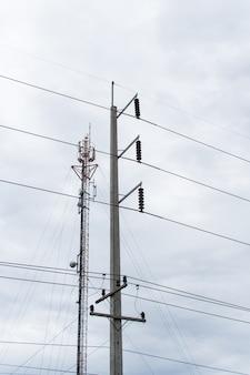 Электрический столб с проводами