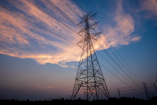 夕暮れ時の電柱とラインまたは美しい空の高電圧塔