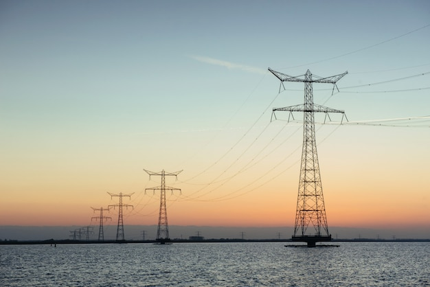 夕暮れ時の水の電柱