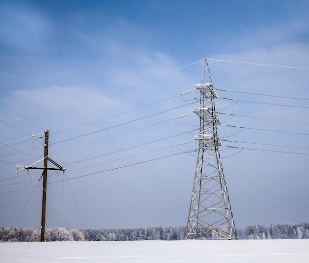 Электрические столбы с металлическими проводами