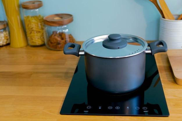 요리를 위한 부엌의 전기 냄비