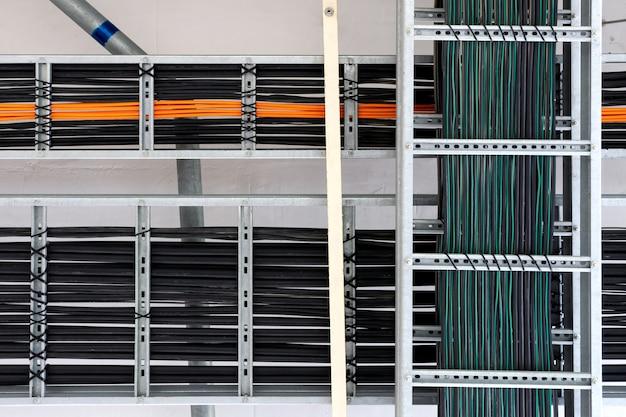 Электрические силовые кабели и кабели инструментов на лотке в электрощитовой.