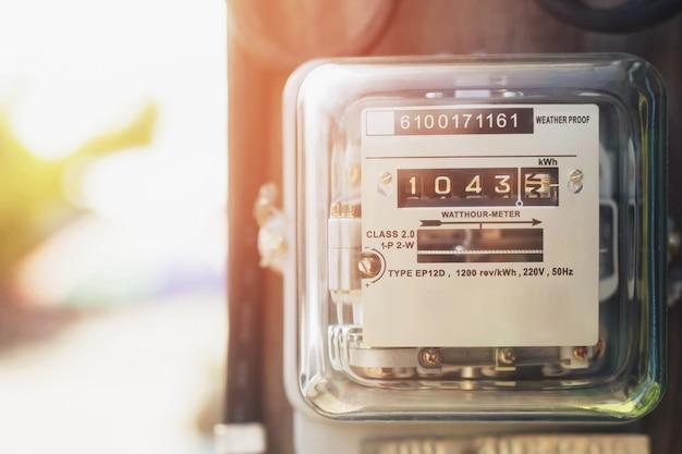 Счетчик электроэнергии измеряет потребление энергии. инструмент измерения электрического счетчика ваттчаса на полюсе